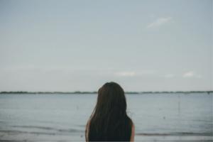 距離を置くために海を見る女性