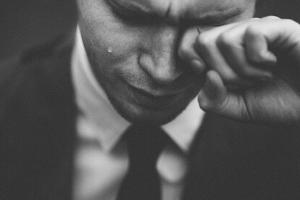 泣いてる男性