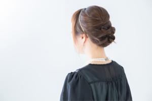 髪をアップにした女性