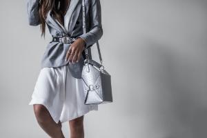 高級バッグを持つ女性